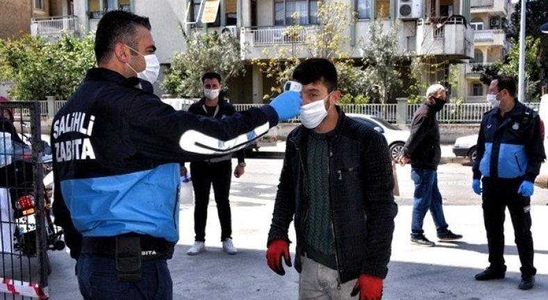 Salihli'de zabıta, Çarşamba Pazarında maske dağıttı