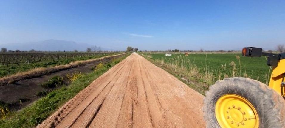 Saruhanlı Belediyesine, ilçedeki arazi yollarının yapımı devam ediyor.