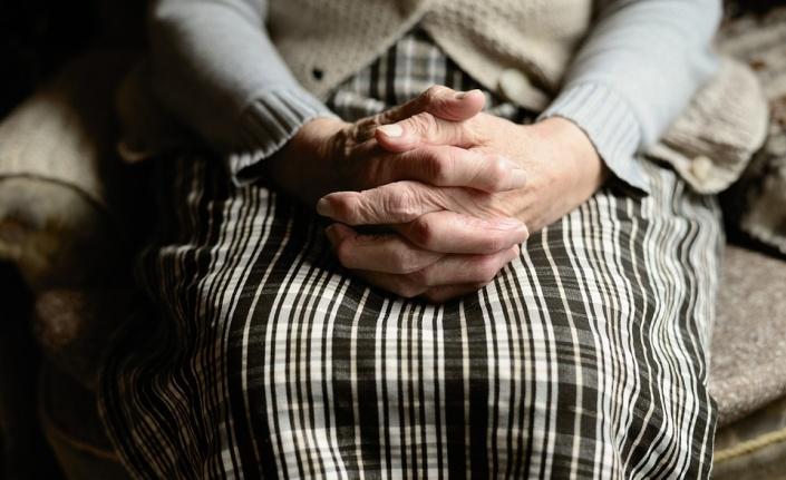 Koronavirüs yaşlıları mı gençleri mi daha çok etkiliyor?