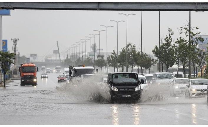 Ankara'da şiddetli yağış su baskınlarına neden oldu