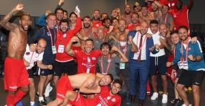 Antalyaspor futbolcularından galibiyet...